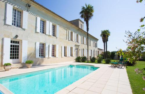 Blesignac Chateau Sleeps 12 Pool WiFi : Hebergement proche de Saint-Léon