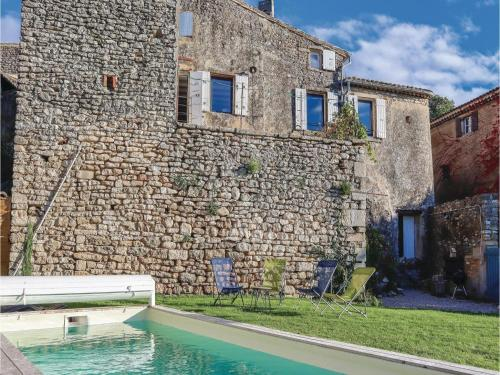 Four-Bedroom Holiday Home in Chamaret : Hebergement proche de Colonzelle