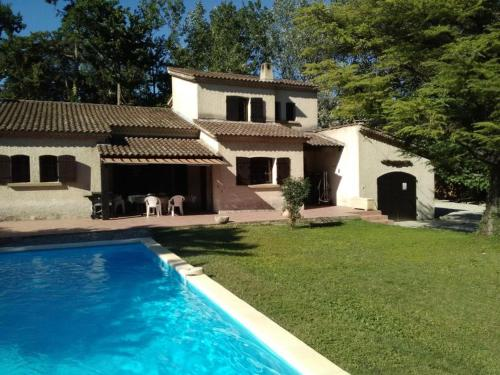 Vedene Villa Sleeps 8 Pool Air Con WiFi : Hebergement proche de Vedène